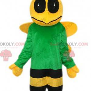 Mascote abelha amarela e preta com uma camisa verde -