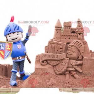 Mascote cavaleiro amigável com seu capacete e escudo -