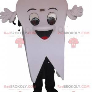 Sehr fröhliches weißes Zahnmaskottchen. Zahnanzug -
