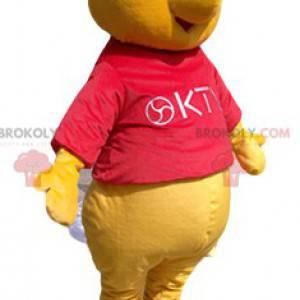 Mascote do ursinho Pooh com uma camisa vermelha - Redbrokoly.com