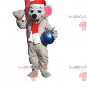 Szara mysz maskotka z kapeluszem, świątecznym szalikiem i piłką