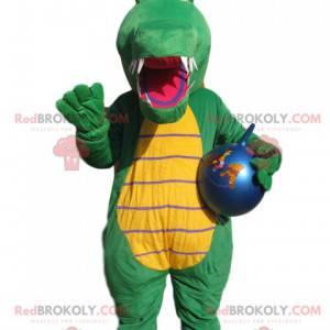 Grünes Krokodilmaskottchen mit einem blauen Ballon. -