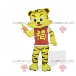 Maskot malý žlutý a hnědý tygr s červeným tričkem -