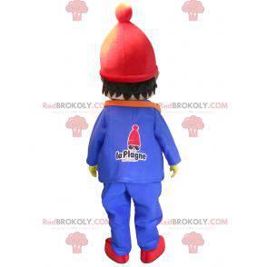 Roztomilý malý chlapec maskot oblečený v zimním oblečení -