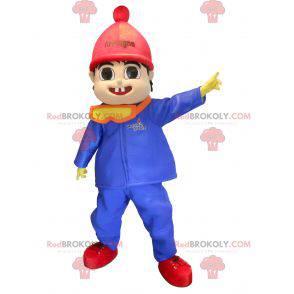 Maskotka ładny mały chłopiec ubrany w zimowe ubrania -