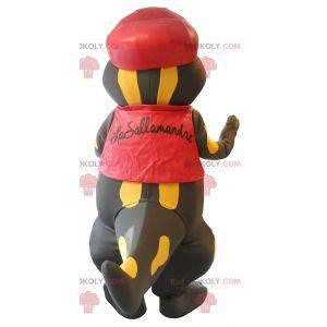 Maskott ganske svart og gul salamander kledd i rødt -