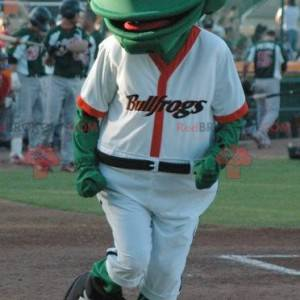 Grünes Froschmaskottchen im weißen Baseball-Outfit -