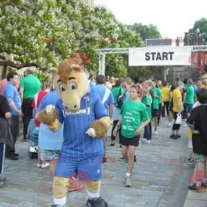Beżowo-brązowy koń maskotka w niebieskiej odzieży sportowej -