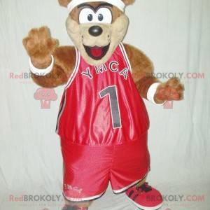 Brązowy miś maskotka w czerwonej odzieży sportowej -