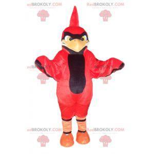 Czerwony i czarny ptak maskotka z herbem na głowie -