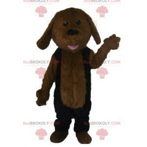 Hnědý pes maskot celý chlupatý v černém oblečení -