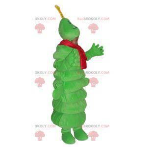 Riesige grüne Raupe des Maskottchens mit einem roten Schal -