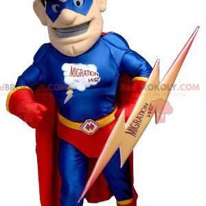 Superhelden-Maskottchen im rot-blauen Outfit mit Blitz -