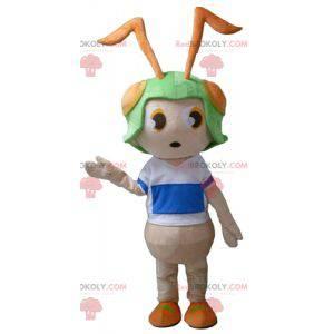 Mascota de hormiga rosa con un casco verde en la cabeza. -