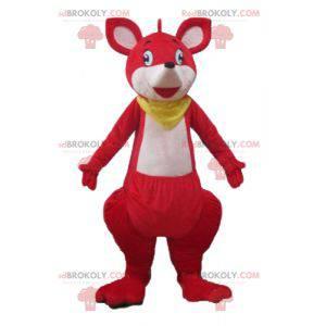 Czerwono-biała maskotka kangur z żółtym szalikiem -