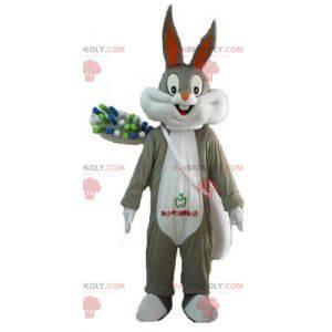 Mascote Bugs Bunny com uma escova de dentes gigante -