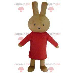 Plyšový maskot hnědý králík oblečený v červené barvě -