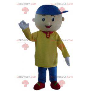 Kleines Jungenmaskottchen mit einem bunten Outfit -