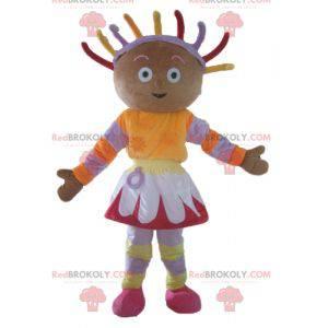 Afrikanisches Mädchenmaskottchen im bunten Outfit -