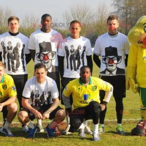 Gelbes Küken-Enten-Maskottchen in der Sportbekleidung -