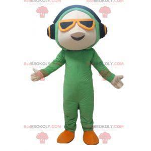 Maskotka mężczyzna w zielonym kombinezonie ze słuchawkami -