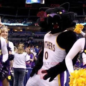 Černá a fialová kočka maskot v sportovní oblečení -