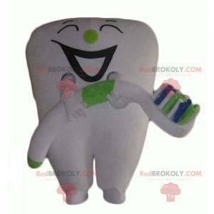 Riesiges weißes Zahnmaskottchen mit einer Zahnbürste -