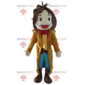 Uśmiechnięty chłopiec maskotka z długim płaszczem -