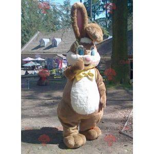 Maskot velký hnědý a bílý králík s motýlkem - Redbrokoly.com