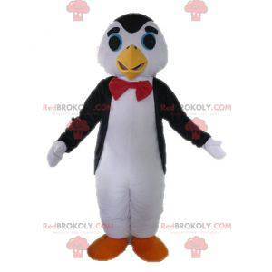Schwarzweiss-Pinguin-Maskottchen mit einer Fliege -