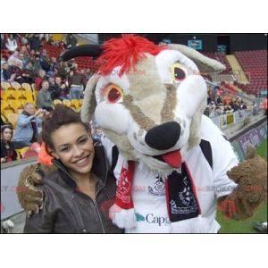Bílý béžový a červený psí maskot ve sportovním oblečení -