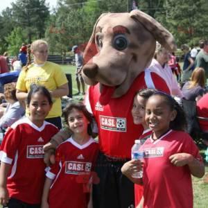 Hnědý pes maskot v červené sportovní oblečení - Redbrokoly.com