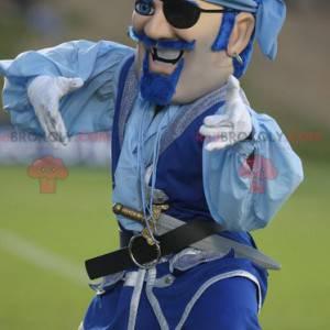Piratenmaskottchen mit Schnurrbart im blauen Outfit -