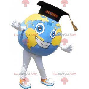 Riesiges Weltkartenmaskottchen mit einer Abschlusskappe -