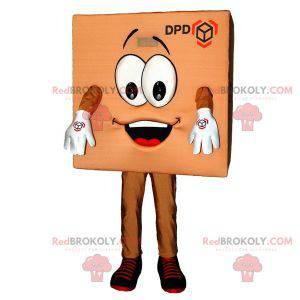 Uśmiechający się brązowy maskotka dostawy paczki kartonowej -