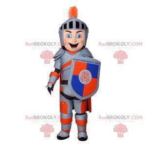 Rittermaskottchen mit grauer und orangefarbener Rüstung -