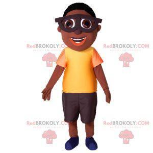 Maskotka młodego afrykańskiego chłopca w dużych okularach -