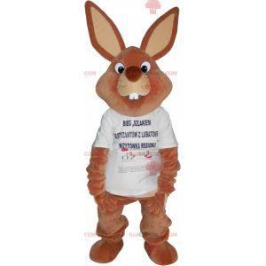 Riesiges braunes Kaninchenmaskottchen im T-Shirt -