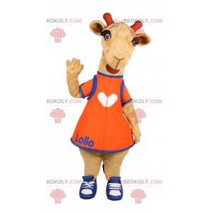 Mascota de cabra con vestido naranja y baloncesto. -