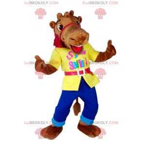 Mascota camello sonriendo con un traje llamativo -