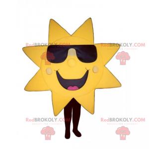 Sonnenmaskottchen mit dunkler Brille und großem Lächeln -