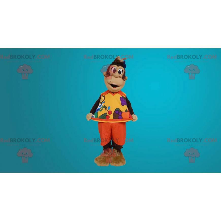 Brązowa małpa maskotka ubrana w pomarańczowy strój -