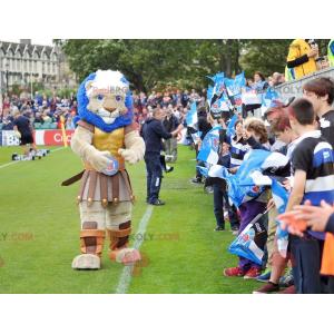 Mascote do leão musculoso vestido como um cavaleiro -