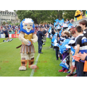 Muskulöses Löwenmaskottchen als Ritter verkleidet -