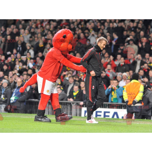 Maskot červený medvěd v sportovní oblečení - Redbrokoly.com