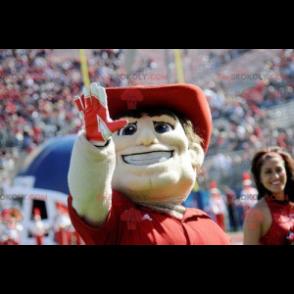 Maskottchenmann mit einem Poloshirt und einem roten Hut -