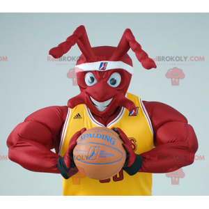 Mascota de hormiga roja muscular en traje de baloncesto -