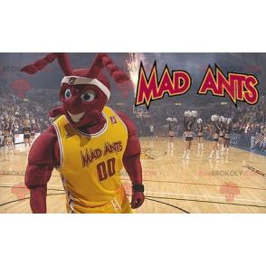 Muskulöses rotes Ameisenmaskottchen im Basketballoutfit -
