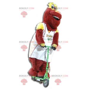 Červený a žlutý plyšový maskot ve sportovním oblečení -