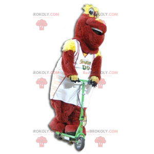 Mascote de pelúcia vermelho e amarelo em roupas esportivas -